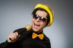 L'uomo divertente con il mic nel concetto di karaoke Fotografia Stock