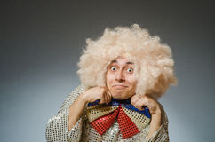 L'uomo divertente con la parrucca di afro Immagine Stock