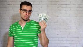 L'uomo divertente mostra i dollari stock footage