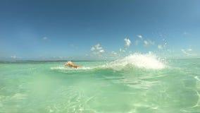 L'uomo divertente salta dell'acqua con un pugno GoPro di andata Hero7 stock footage