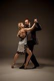 L'uomo e la donna che ballano tango argentino Fotografia Stock Libera da Diritti
