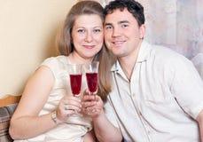 L'uomo e la donna con i vetri di vino Fotografia Stock Libera da Diritti