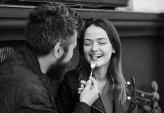 L'uomo e la donna con il fronte allegro hanno data al caffè La coppia nell'amore mangia le bacche Il tipo con la barba alimenta l fotografie stock libere da diritti