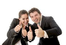 L'uomo e la donna di affari che danno i pollici aumentano il fondo bianco Fotografie Stock Libere da Diritti