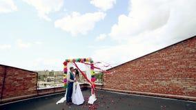 L'uomo e la donna, giovani, coppie adulte sposate felici che stanno le nozze vicine incurvano stock footage