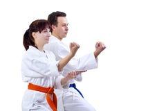 L'uomo e la donna in karategi stanno nel karatè dello scaffale Immagine Stock Libera da Diritti