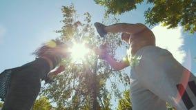 L'uomo e la donna muscolari si sono impegnati nel pugilato con la zampa al di sotto del giorno di estate del sole n video d archivio
