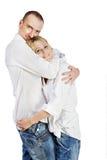 L'uomo e la donna si levano in piedi abbraccianti Immagine Stock Libera da Diritti