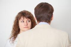 L'uomo e la donna si levano in piedi qui vicino nella pressione Fotografie Stock