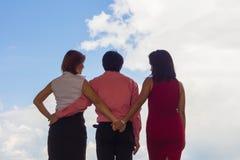 L'uomo e la donna si sono abbracciati, ma la donna ha stretto segreto le mani perché è si ama fotografie stock