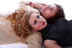 L'uomo e la donna si trovano sul pavimento Immagini Stock