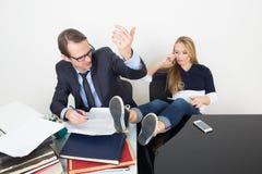 L'uomo e la donna sono incompatibili Ufficio di affari Immagine Stock