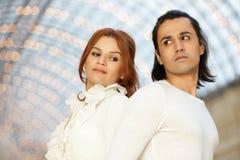 L'uomo e la donna stanno indietro per appoggiare e guardare Fotografia Stock