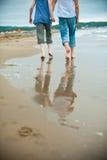 l'uomo e la donna vanno lungo il bordo dell'acqua Immagini Stock