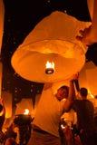 L'uomo e la lanterna del fuoco Fotografia Stock Libera da Diritti