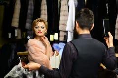 L'uomo e la ragazza con i fronti premurosi tengono i cappotti simili a pelliccia Fotografie Stock