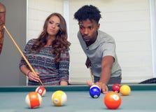 L'uomo e le donne che giocano lo snooker riuniscono lo svago della datazione di amicizia del biliardo immagini stock libere da diritti