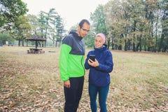 L'uomo e le donne sportivi preparano per l'allenamento all'aperto fotografia stock libera da diritti