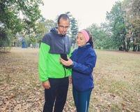 L'uomo e le donne sportivi preparano per l'allenamento all'aperto immagine stock libera da diritti