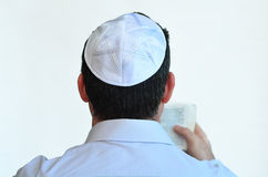 L'uomo ebreo con kippah prega Immagini Stock