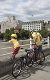 L'uomo ed il bambino con le biciclette Waterloo gettano un ponte su Londra Regno Unito Fotografia Stock Libera da Diritti