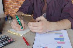 L'uomo ed il computer stanno utilizzando un calcolatore sulla tavola nell'ufficio Concetto di affari e di contabilità L'uomo si s Immagine Stock Libera da Diritti