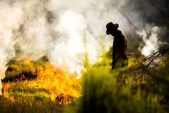 L'uomo ed il fuoco Fotografie Stock Libere da Diritti