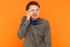 L'uomo emozionale che grida e pulisce via strappa Fotografia Stock Libera da Diritti