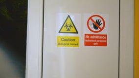 L'uomo entra nel laboratorio biologico segreto pericoloso, porta si chiude dietro lui stock footage