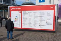 L'uomo esamina il manifesto di panoramica del CeBIT 2017 Fotografie Stock Libere da Diritti