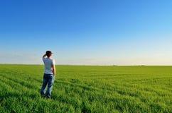 L'uomo esamina la distanza sul campo Fotografie Stock