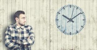 L'uomo esamina un orologio Immagini Stock Libere da Diritti