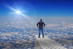 L'uomo esamina una stella luminosa distante sopra l'orizzonte Fotografie Stock Libere da Diritti