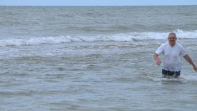 L'uomo esce dal mare