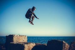 L'uomo esegue il salto non sincronizzato sulle pietre fotografia stock libera da diritti