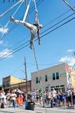 L'uomo esegue la manifestazione aerea del circo al festival di primavera di Atlanta Immagini Stock