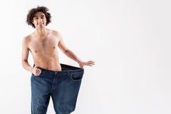 L'uomo esile allegro è soddisfatto con il suo corpo Fotografia Stock Libera da Diritti