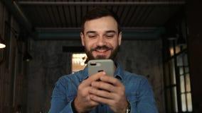 L'uomo esplora il fronte con il telefono Identificazione del fronte video d archivio