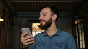 L'uomo esplora il fronte con il telefono Identificazione del fronte stock footage
