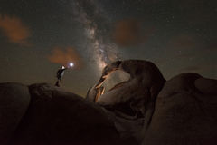 L'uomo esplora l'arco di Mobius sotto il cielo notturno Immagini Stock