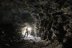 L'uomo esplora una caverna fotografia stock