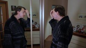L'uomo estrae i capelli grigio-dai capelli video d archivio