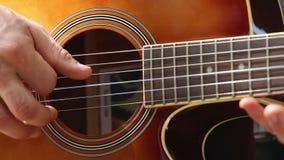 l'uomo europeo gioca il primo piano della chitarra archivi video