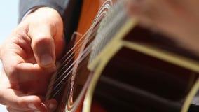 l'uomo europeo gioca il primo piano della chitarra stock footage