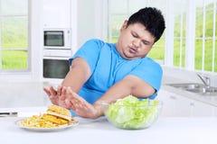 L'uomo evita un piatto di alimenti industriali Immagine Stock