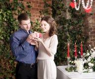 L'uomo fa il regalo, scatola per la sua amica Biglietto di S. Valentino, amore e relazione Tenerezza Fotografia Stock