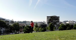 L'uomo fa la posa dell'albero a San Francisco Fotografia Stock Libera da Diritti