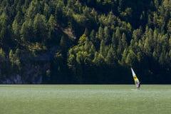 L'uomo fa per fare windsurf sul lago Fotografia Stock