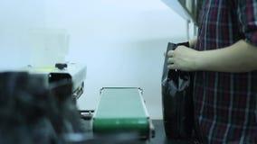 L'uomo facendo uso della macchina ha progettato specialmente per dispensare ed imballare il caffè per offrire l'alta qualità del  stock footage
