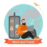 L'uomo felice è viaggiante e lavorante online Personaggio dei cartoni animati divertente Fotografie Stock Libere da Diritti
